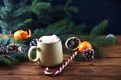 Кружка с деревянным столом горячего шоколада Стоковое Изображение