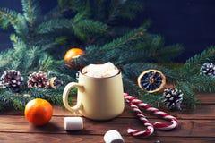 Кружка с деревянным столом горячего шоколада Стоковое Фото
