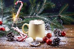 Кружка с деревянным столом снега горячего шоколада Стоковая Фотография