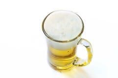 Кружка с пивом на белизне Стоковые Изображения