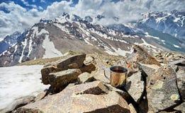 Кружка с чаем в горах стоковые изображения rf