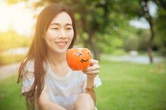 Кружка улыбки удерживания руки девушки предназначенная для подростков на горячее утро питья Стоковое фото RF