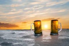 Кружка холодного пива на заходе солнца Стоковое Изображение RF
