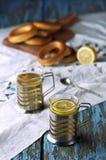 Кружка чая с бейгл на деревянной предпосылке Стоковое Фото