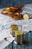 Кружка чая с бейгл на деревянной предпосылке Стоковое Изображение