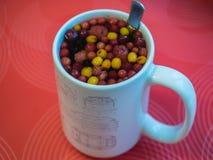 Кружка чая с различными ягодами стоковые фото