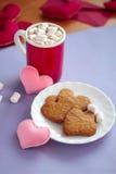 Кружка шоколада с печеньями пряника сердца Стоковое Изображение RF