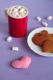 Кружка шоколада с печеньями пряника сердца Стоковая Фотография RF
