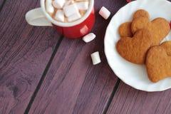 Кружка шоколада с печеньями пряника сердца Стоковое фото RF