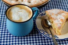 Кружка яблочного пирога и кофе стоковое фото rf