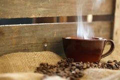 Кружка Latte с миндалинами на мешковине Стоковая Фотография