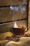 Кружка Latte с миндалинами на мешковине Стоковое Фото