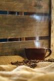 Кружка Latte с миндалинами на мешковине Стоковые Изображения