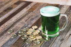 Кружка St Patrick's монеток зеленого пива золотых Стоковая Фотография RF