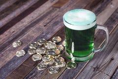 Кружка St Patrick's монеток зеленого пива золотых Стоковые Изображения RF