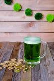 Кружка St Patrick's монеток зеленого пива золотых Стоковое Фото