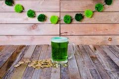 Кружка St Patrick's монеток зеленого пива золотых Стоковая Фотография