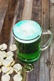 Кружка St Patrick's монеток зеленого пива золотых Стоковые Изображения