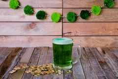 Кружка St Patrick's монеток зеленого пива золотых Стоковое фото RF