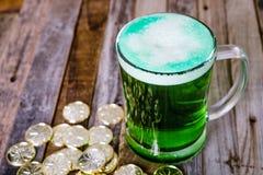 Кружка St Patrick's монеток зеленого пива золотых Стоковое Изображение RF