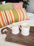 Кружки белого кофе на подносе завтрака стоковые фотографии rf