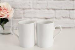 кружки 2 Белизна Mugs модель-макет Пустая насмешка кружки белого кофе вверх Введенная в моду фотография Дисплей продукта кофейной Стоковая Фотография RF