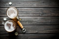Кружки и консервооткрыватель пива стоковое изображение