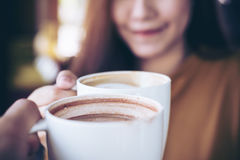 Кружки кофе Clink стоковые изображения rf