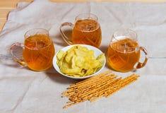 Кружки пива и картофельных стружек на таблице Селективный фокус Стоковое Изображение