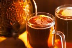 Кружки пива и малый бочонок Стоковая Фотография RF