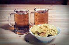 2 кружки пива и шара картофельных стружек Стоковое Изображение