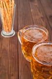Кружки пива на деревянных стендах бара Стоковое Фото