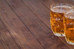 Кружки пива на деревянных стендах бара Стоковые Изображения
