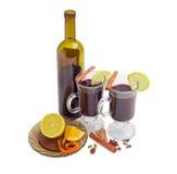 2 кружки с обдумыванным вином, бутылкой вина, обдумывая специи Стоковая Фотография