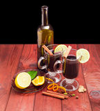 2 кружки с обдумыванным вином, бутылкой вина, обдумывая специи Стоковые Изображения