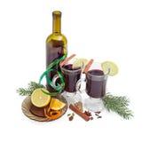 2 кружки с обдумыванным вином, вином, обдумывая специи, ель разветвляют Стоковые Изображения RF