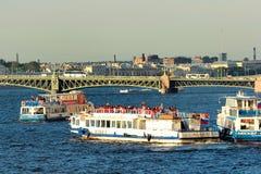 Круизы и прогулки на яхте в Санкт-Петербурге, России стоковое фото