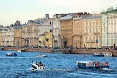 Круизы и прогулки на яхте в Санкт-Петербурге, России стоковые фото