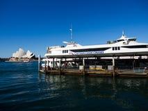 Круизы повара капитана австралийский оператор круиза на круговом причале 6 набережной с взглядом оперного театра Сиднея стоковые изображения