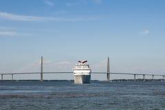 круиз выходя гаван корабль Стоковая Фотография RF