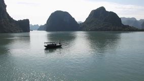 Круиз залива Halong, перемещение Вьетнама сток-видео