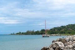 Круиз катамарана с туристами на тропической береговой линии карибского острова стоковое фото rf