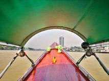 Круиз шлюпки длинного хвоста на chao Реке Phraya, Бангкоке, Таиланде Стоковые Фотографии RF