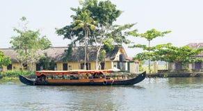 Круиз шлюпки на канале подпора Кералы Стоковая Фотография