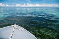 Круиз шлюпки с crytal чистой водой на Sumbawa, Индонезии - горизонтальной Стоковые Фотографии RF