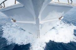 Круиз яхты вдоль берега Стоковая Фотография