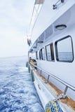 Круиз яхты вдоль берега Стоковые Фото