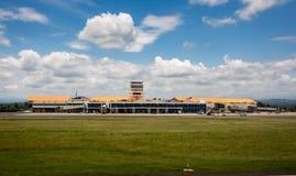 Крупный аэропорт и голубое небо Стоковые Изображения
