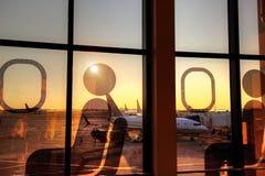 Крупный аэропорт на заходе солнца Стоковое фото RF