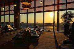 Крупный аэропорт на заходе солнца Стоковая Фотография RF